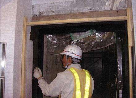 左官工事 サブエントランス自動ドア サッシモルタル埋め施工状況