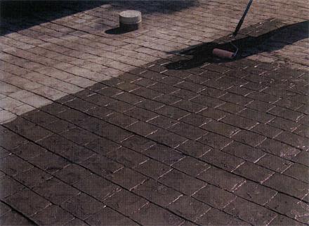 左官工事 1階駐車スペース ファンタジーコンクリート仕上げ 仕上面シーラー塗布施工状況
