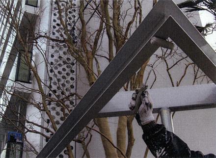 塗装工事 植栽帯周囲鉄骨フレーム 錆止めローラー塗り施工状況