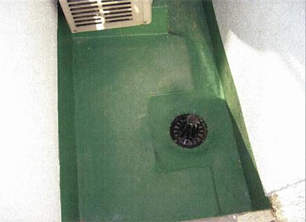 金属工事 12階5号室東側バルコニー ドレイン金物取付状況