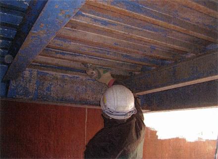 塗装工事 駐車場鉄骨デッキ部分 ケレン・サンダー掛け 施工状況