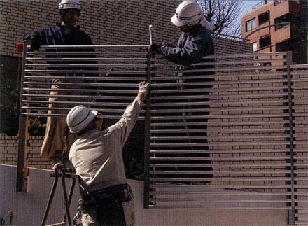 金属工事 区道側アルミパイプルーバー 取付状況