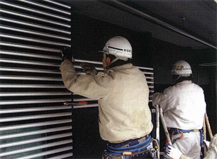 金属工事 建物側アルミパイプルーバー 取付状況