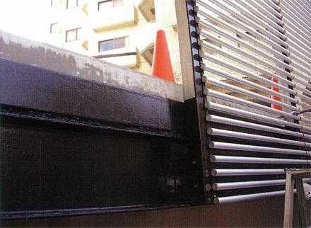 金属工事 駐車場周囲 アルミパイプルーバー 取付状況