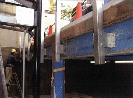 金属工事 駐車場周囲 アルミパイプルーバー手摺 ペンタイト鋼管支柱取付状況