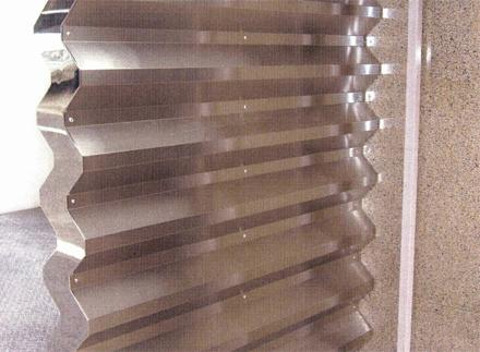金属工事 エントランス袖壁 SUS折板 施工状況