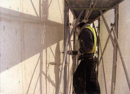 下地補修工事  南側外壁妻面 モルタル浮き部分補修状況(エポキシ樹脂注入用穴あけ)