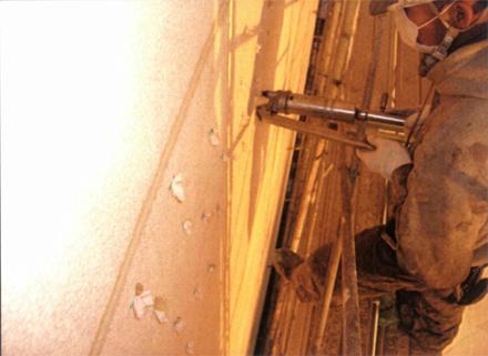 下地補修工事  南側外壁妻面 モルタル浮き部分補修状況(エポキシ樹脂注入状況)