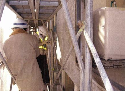 下地補修工事  バルコニー手摺壁 モルタル浮き部分補修状況(エポキシ樹脂注入用穴あけ)