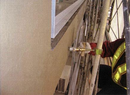 左官工事 バルコニー手摺壁 外壁タイル剥し後 塗装下地不陸調整 薄塗り仕上げ状況