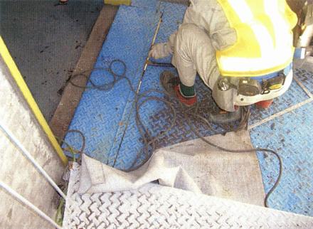 金属工事 螺旋階段床 貼り替え撤去作業中