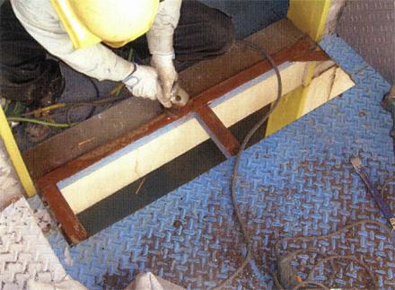 金属工事 螺旋階段床 貼り替え研磨作業中