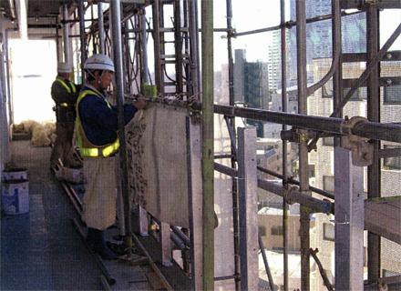 仮設工事 各階廊下躯体手摺 支柱取付後養生シート張り 施工状況