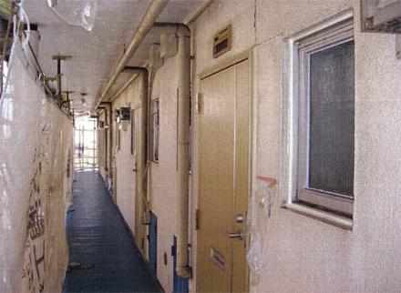 下地補修工事 廊下下地補修前 高圧洗浄作業状況