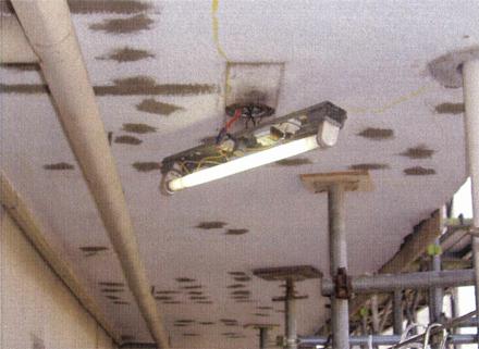 下地補修工事 廊下天井 モルタル浮き部分補修状況 (エポキシ樹脂注入)