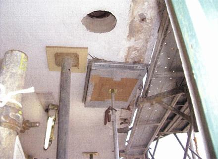 金物工事 廊下雨樋樋移設 コア抜き施工状況