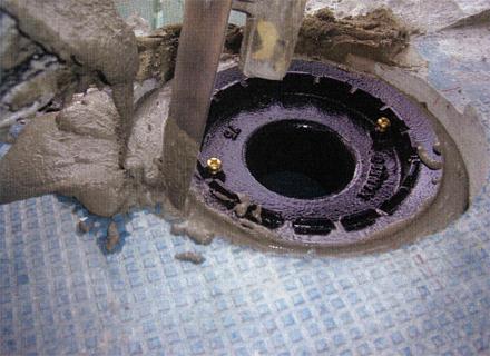 金属工事 各階廊下雨樋ドレイン金物 グラウトモルタル隙間埋め状況