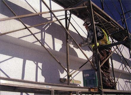 塗装工事 南側妻面外壁 塗装ローラー塗り施工状況