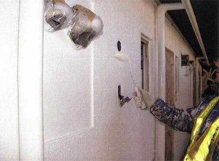 塗装工事 廊下側外壁塗装 塗装ローラー塗り施工状況