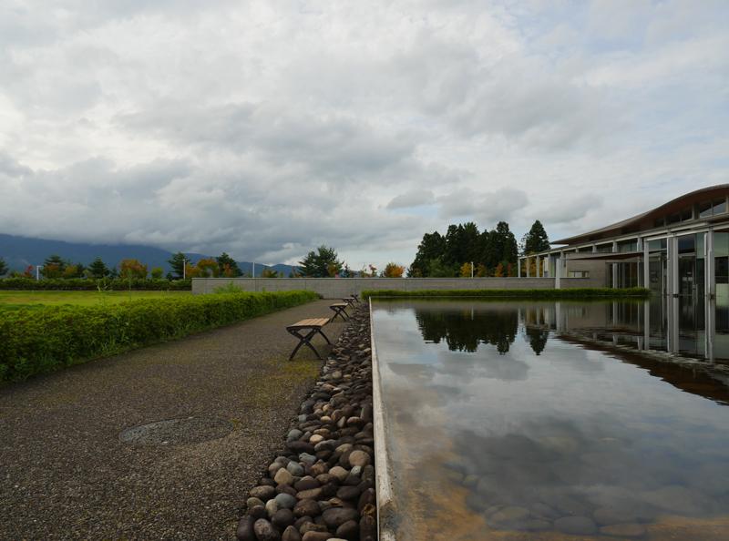 片岡直樹の建もの探訪|ゑしんの里記念館 水盤と外構
