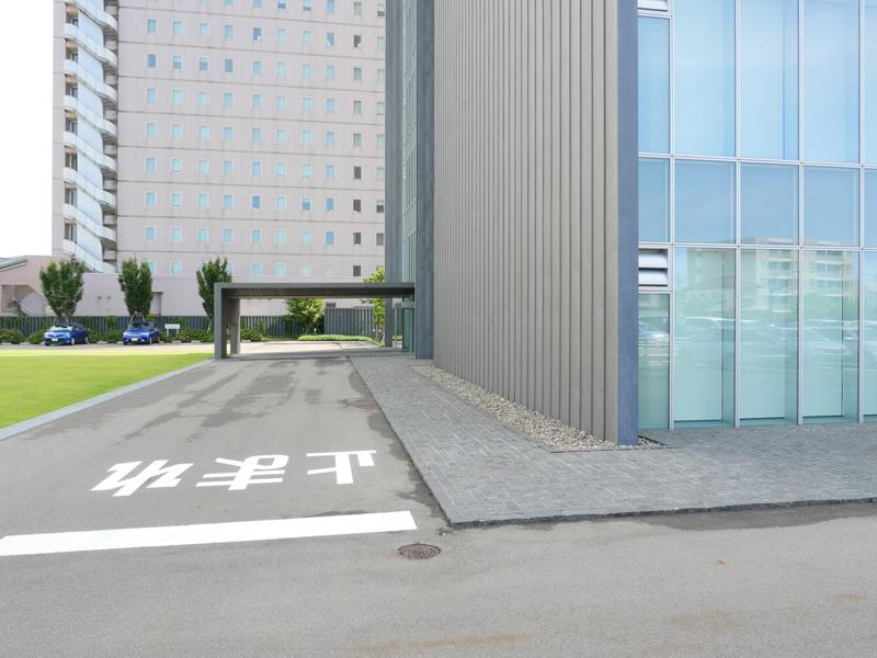 片岡直樹の建もの探訪|ブルボン本社ビル金属板端部詳細ガラスカーテンウォールと金属板の端部から正面玄関側の眺めです。