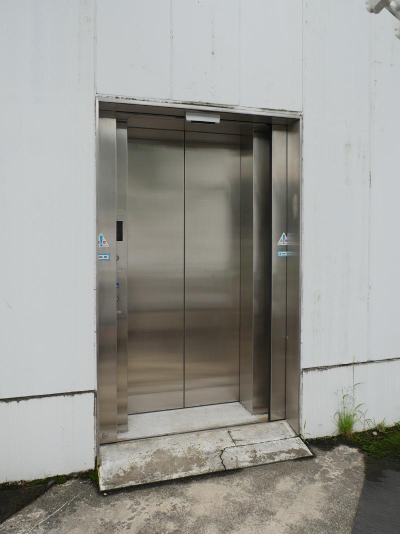 片岡直樹の建もの探訪|まつだい「農舞台」屋上エレベーター詳細