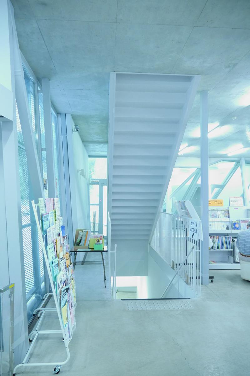 なかまちテラス 小平市立仲町公民館・仲町図書館エントランス階段