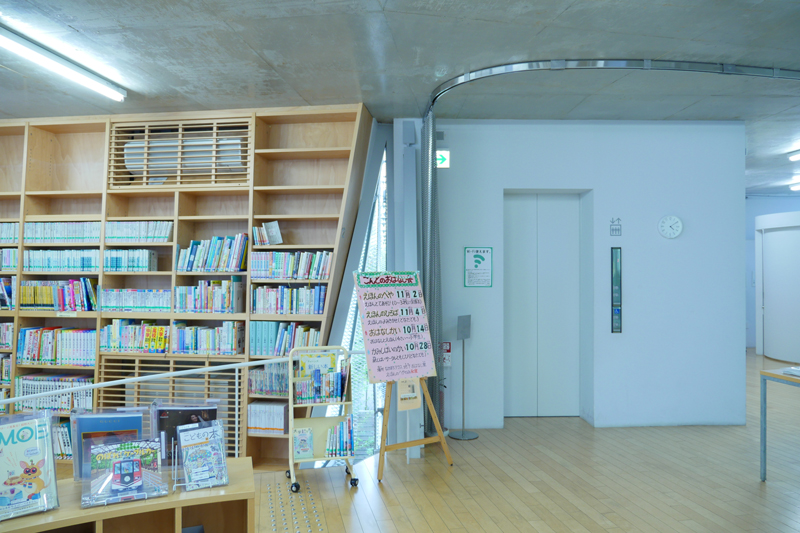 なかまちテラス 小平市立仲町公民館・仲町図書館2階読書ラウンジ