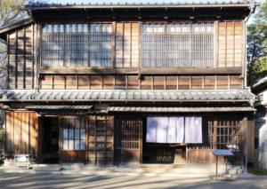 鍵屋(居酒屋)(かぎや)|江戸東京たてもの園 1856年(安政3) 台東区下谷二丁目 台東区下谷の言問通りにあった居酒屋です。 震災・戦災をまぬがれた鍵屋は、1856年(安政3)に建てられたと伝えられています。 建物と店内は1970年(昭和45)頃の姿に復元しています。