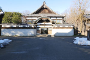 子宝湯(こだからゆ)|江戸東京たてもの園 1929年(昭和4) 足立区千住元町 東京の銭湯を代表する建物です。神社仏閣を思わせる大型の唐破風(からはふ)や、玄関上の七福神の彫刻、脱衣所の折上格天井など贅(ぜい)をつくした造りとなっています。