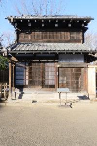 仕立屋(したてや)|江戸東京たてもの園 1879年(明治12) 文京区向丘一丁目 明治初期に現在の文京区向丘に建てられた〈出桁造り〉の町家です。 内部は大正期の仕立屋の仕事場を再現しています。