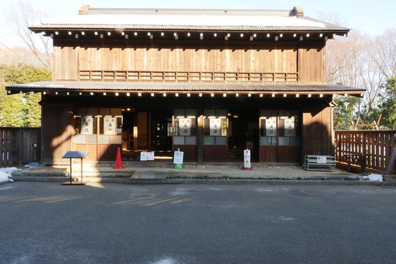万徳旅館(まんとくりょかん)|江戸東京たてもの園 江戸時代末期~明治時代初期 青梅市西分町 青梅市西分町の青梅街道沿いにあった旅館です。建物は創建当初に近い姿に、室内は旅館として営業していた1950年(昭和25)ころの様子を復元しています。