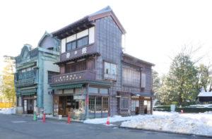 大和屋本店(乾物屋)(やまとやほんてん) 1928年(昭和3) 港区白金台4丁目 港区白金台に1928年(昭和3)に建てられた木造3階建ての商店です。3階の軒下を伝統的な〈出桁造り〉にする一方、間口に対して背が非常に高く、看板建築のようなプロポーションを持ったユニークな建物です。戦前の乾物屋の様子を再現しています。