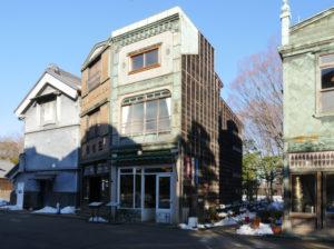 武居三省堂(文具店)(たけいさんしょうどう) 1927年(昭和2) 千代田区神田須田町一丁目 明治初期に創業した文具店です。当初は書道用品の卸をしていましたが、後に小売店に変わりました。 建物は震災後に建てられた〈看板建築〉で前面がタイル貼りになっていて屋根の形にも特徴があります。 花市生花店(はないちせいかてん) 1927年(昭和2) 千代田区神田淡路町一丁目 昭和初期に建てられた〈看板建築〉の花屋です。建物の前面は花屋らしくデザインされています。店内は昭和30年代の花屋を再現しています。