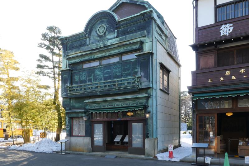 植村邸(うえむらてい) 1927年(昭和2) 中央区新富二丁目 建物の前面を銅版で覆ったその姿は、〈看板建築〉の特徴をよくあらわしています。 外観は、全体的に洋風にまとまっていますが、2階部分は和風のつくりとなっています。