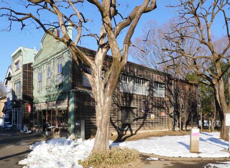 丸二商店(荒物屋)(まるにしょうてん) 昭和初期 千代田区神田神保町三丁目 昭和初期に建てられた荒物屋です。小さい銅板片を巧みに組み合わせて模様をかたち作り、建物の正面を飾っているのが特徴です。 店内は昭和10年代の様子を再現しています。裏手には長屋も移築し、それとともに路地の様子も再現しています。