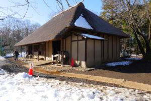 綱島家(農家)(つなしまけ)|江戸東京たてもの園 江戸時代中期 世田谷区岡本三丁目 多摩川をのぞむ台地上にあり、広間型の間取りを持つ茅葺きの民家です。広間をかこむ長方形断面の大黒柱や、押し板という古い形式の板などから、建物の歴史が感じられます。