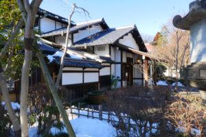 三井八郎右衞門邸(みついはちろうえもんてい) 江戸東京たてもの園 主屋:1952年(昭和27)土蔵:1874年(明治7) 港区西麻布三丁目 港区西麻布に1952年(昭和27)に建てられた邸宅です。 客間と食堂部分は、1897年(明治30)頃京都に建てられ、戦後港区に移築されたものです。また、蔵は1874年(明治7)の建築当初の土蔵に復元しました。