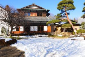 三井八郎右衞門邸(みついはちろうえもんてい)|江戸東京たてもの園 主屋:1952年(昭和27)土蔵:1874年(明治7) 港区西麻布三丁目 港区西麻布に1952年(昭和27)に建てられた邸宅です。 客間と食堂部分は、1897年(明治30)頃京都に建てられ、戦後港区に移築されたものです。また、蔵は1874年(明治7)の建築当初の土蔵に復元しました。