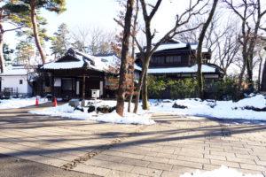 高橋是清邸(たかはしこれきよてい)|江戸東京たてもの園 1902年(明治35) 港区赤坂七丁目 明治から昭和のはじめにかけて日本の政治を担った高橋是清の住まいの主屋部分です。 総栂普請(そうつがぶしん)で、洋間の床は寄木張りになっています。2階は是清の書斎や寝室として使われ、1936年(昭和11)の2・26事件の現場になりました。