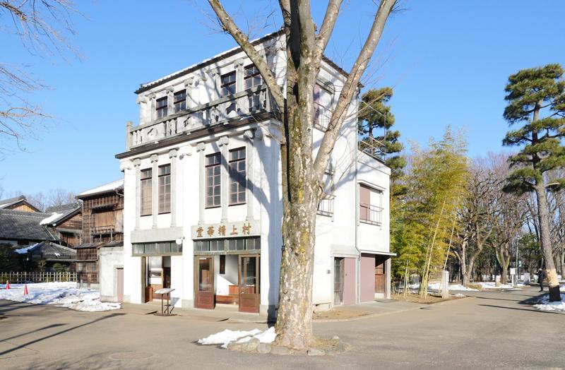 村上精華堂(むらかみせいかどう)|江戸東京たてもの園 1928年(昭和3) 台東区池之端二丁目 台東区池之端の不忍通りに面して建っていた小間物屋(化粧品屋)です。 昭和前期には、化粧用のクリーム・椿油や香水等を作って、卸売りや小売りを行っていました。正面は人造石洗い出しで、イオニア式の柱を持ち、当時としてはとてもモダンな造りとなっています。