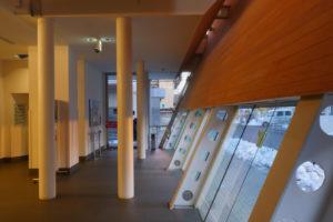 エントランスホール増築部|片岡直樹の建もの探訪|清瀬けやきホール 鉄骨柱が床フロアを支える部分と外壁の支持材の部分が集合して柱が密集しています。とても大変な改修設計だと思います。