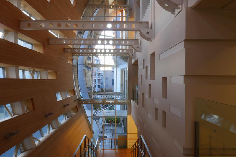 2階階段からの見返し|片岡直樹の建もの探訪|清瀬けやきホール エントランス部のガラスカーテンウオールや曲面の増築部の壁などデザインが一新され他部分が集合してカッコいいです。