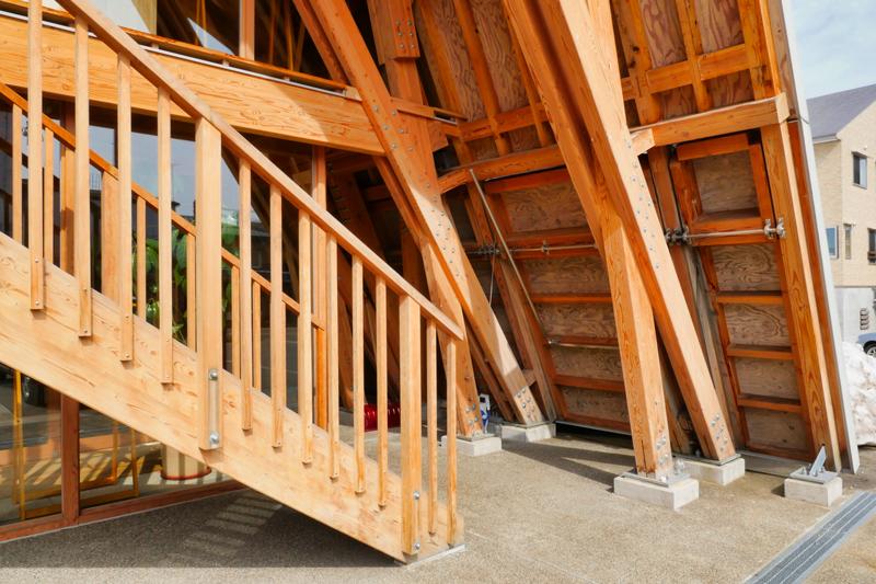 片岡直樹の建もの探訪|いこて十日町産業交流発信館階段ディテール