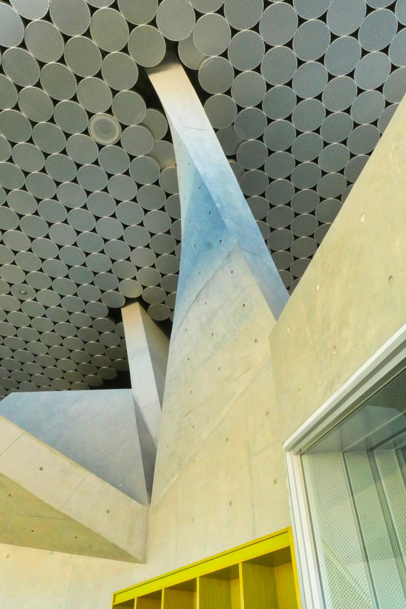 片岡直樹の建もの探訪|秋葉区文化会館ホール内観うねる壁