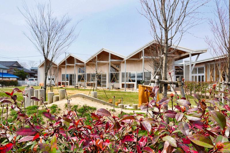 片岡直樹の建もの探訪|川通どれみ保育園築山越しの外観