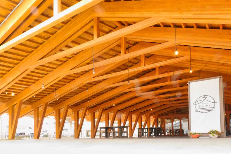 片岡直樹の建もの探訪|まちなか交流広場ステージえんがわみんなのステージ軒下空間