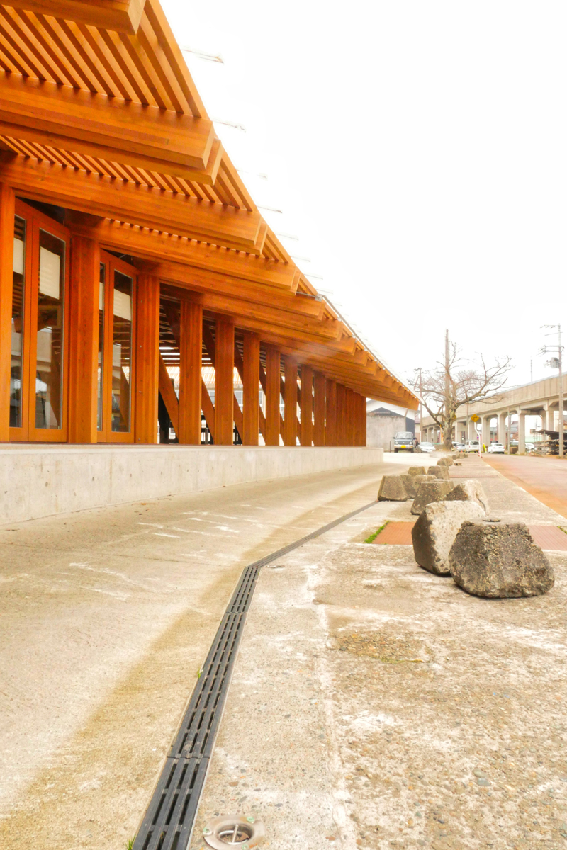 片岡直樹の建もの探訪|まちなか交流広場ステージえんがわ腰掛けられる縁側