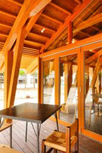 片岡直樹の建もの探訪|まちなか交流広場ステージえんがわ軒下屋外入り口木製サッシ側