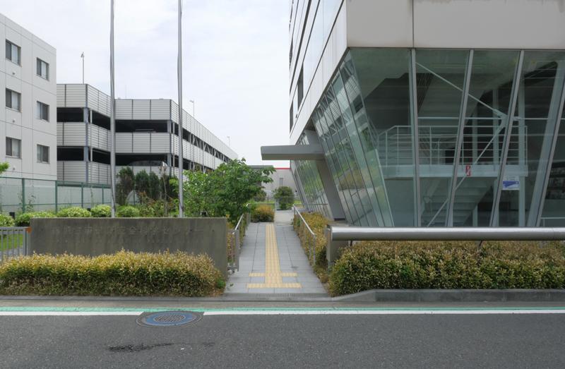 片岡直樹の建もの探訪|横須賀市健康安全科学センター正面入り口